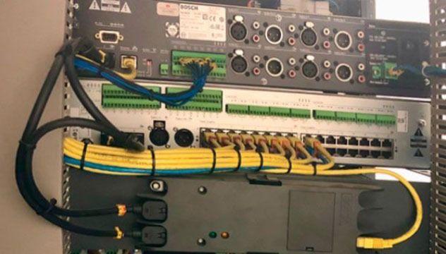 mueble con cableado sistema de megafonía